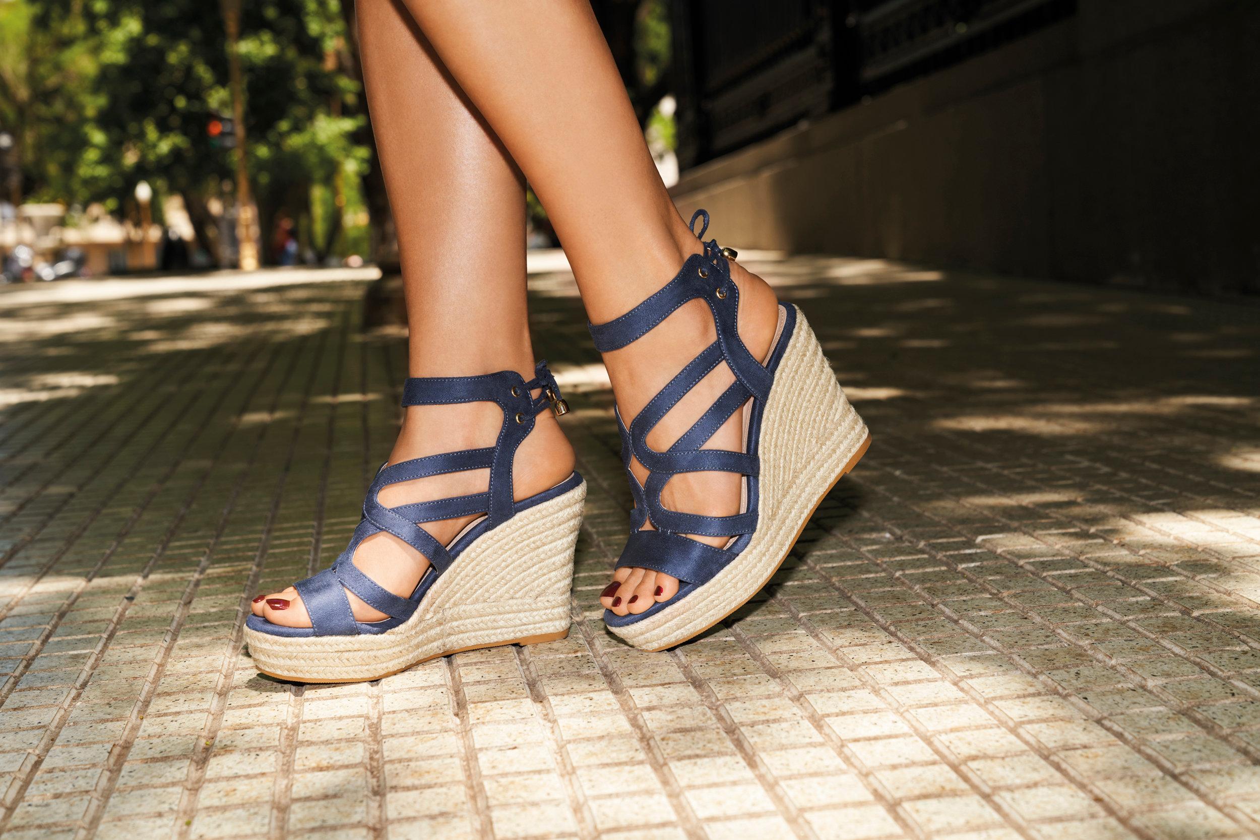 Buty damskie na koturnie firmy CCC Zdjęcie na imgED