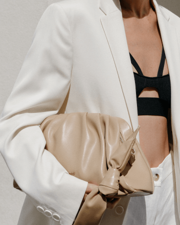 Kobieta z beżową torbą damską