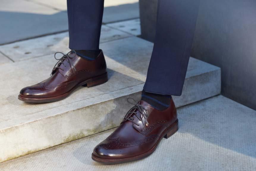 efc3b954e40d0 Większy wybór dodatku mamy przy grafitowym lub granatowym garniturze.  Pasują do nich zarówno czarne i brązowe buty jak i rozmaite odcienie  burgundu czy ...